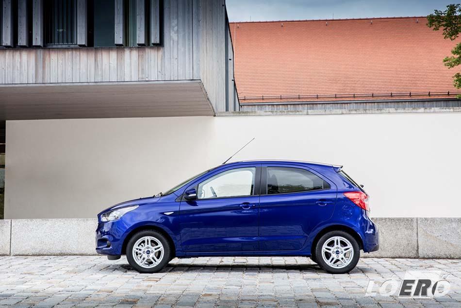 Az ötajtós ferdehátú Ford KA+, a Ford globális kisautó-padlólemezére épül, és bár az új modell hossza 4 méternél is kevesebb, a kabinban öt ember is kényelmesen elfér.