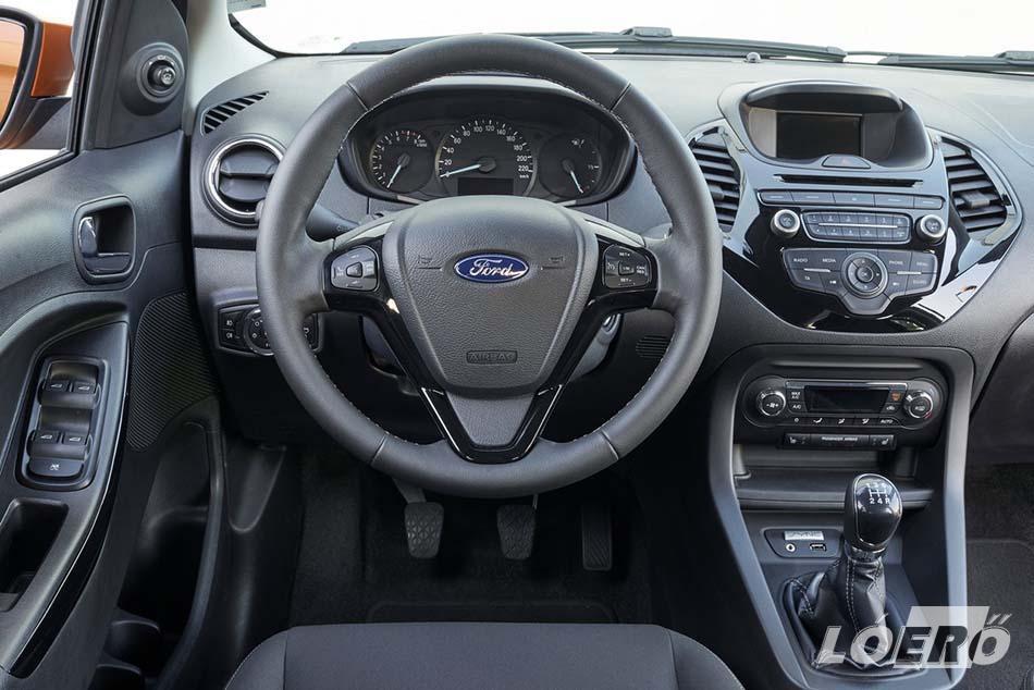 A Ford KA+ belső terében a műszerfalat mutatós, szemcsés felületű anyag borítja, és a kabin burkolatai tartós, modern hatású textilből készülnek.