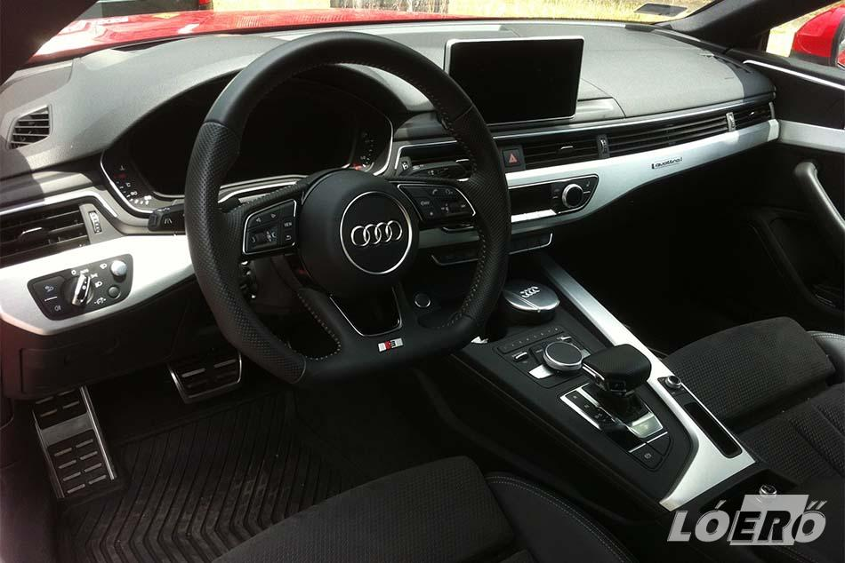 Az Audi A5 Coupe középkonzolján remek arányérzékkel vegyítették a digitális megoldásokat az analóggal.