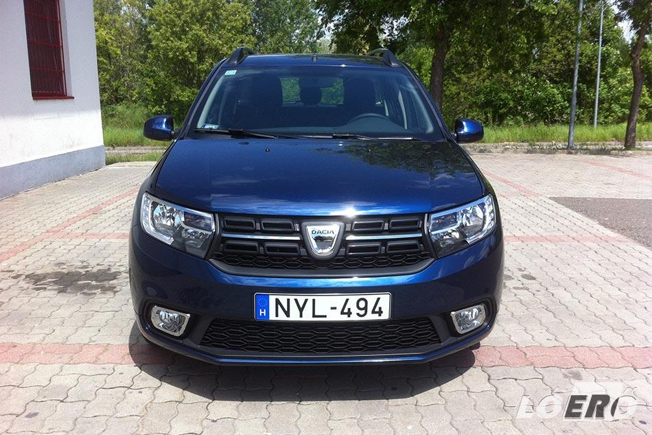 A Dacia Logan MCV új hűtőmaszkot kapott, melynek krómcsíkja már a LED-es menetfénnyel ellátott lámpákban folytatódik.