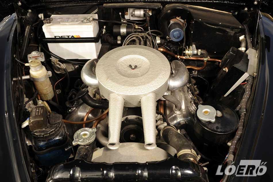 A Daimler 250 gépházában a várt 3,4 vagy 3,8 literes, soros hathengeres Jaguar erőforrás helyett egy pompás V8-as feszült.
