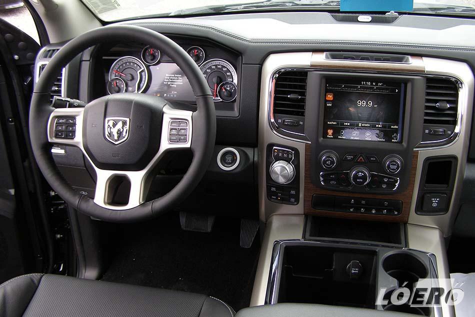A Dodge RAM 1500 belseje sok mindenben megegyezik az új Jeep Grand Cherokee utasterével. Például az Uconnect Navi 8,4 colos kijelzője teljesen ugyanaz.