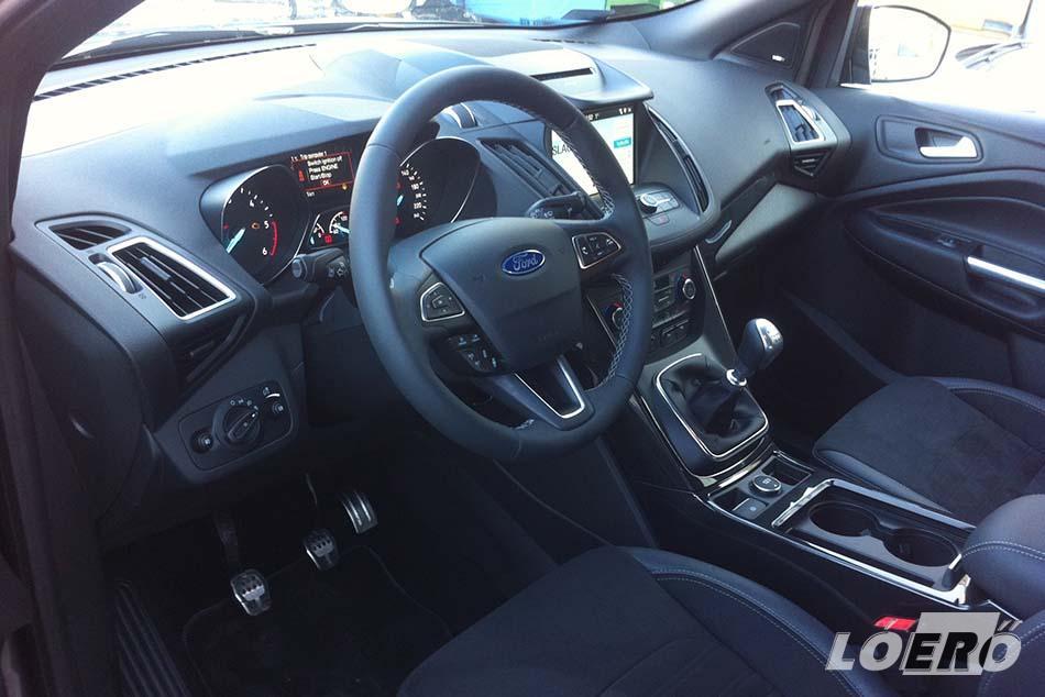 A Fordokban eddig is csinos, egyszerű, logikusan elrendezett volt a belső, s ez most sem más, csak a Ford Kuga ST-line esetében mindez kissé megújult.