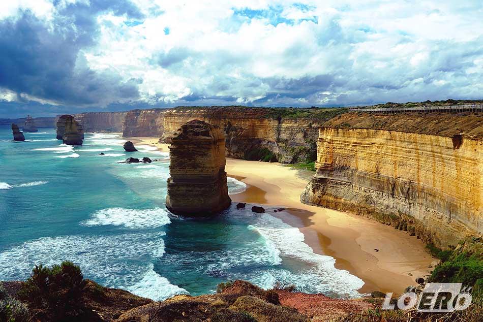 A Great Ocean Road legnagyobb látványossága a 12 Apostol, egy mészkő-oszlop csoport az óceánban. Sajnos ma már csak hét apostol van talpon, a többit az állandó erős hullámzás döntötte le.