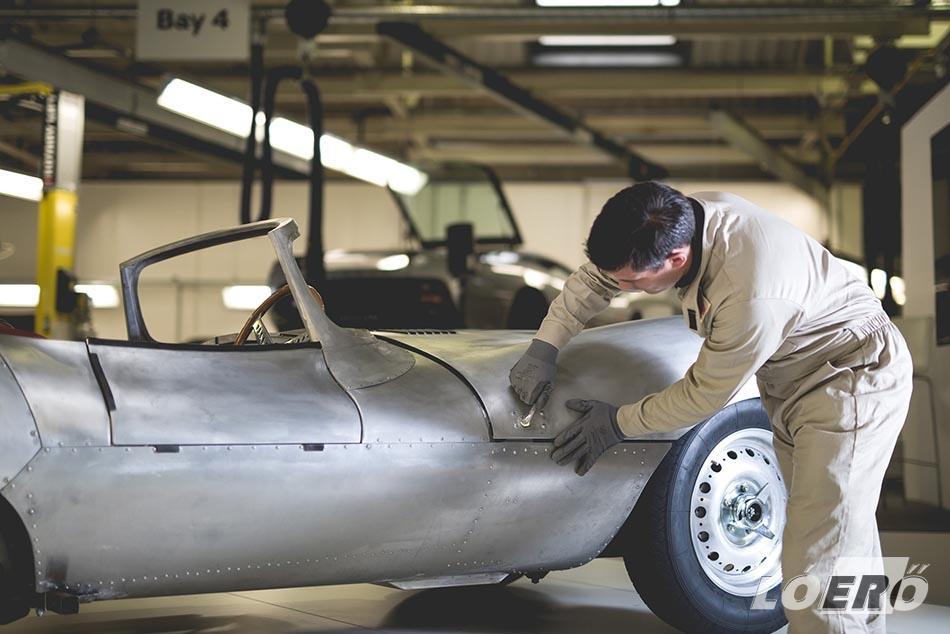 A Jaguár XKSS vázát 531 csődarabból, bronz varratokkal, kézi hegesztéssel állítják össze a Jaguar Classic rendelésére a Reynolds műhelyben.