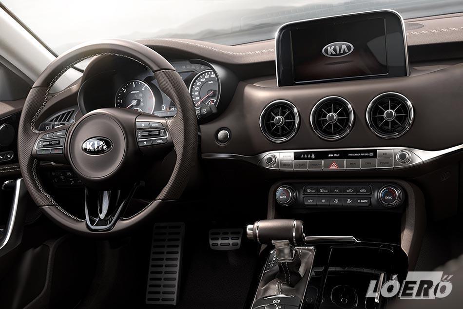 A Kia Stinger belső elrendezését látva, egy valóban a középkategória prémium szintjére tervezett autóról van szó.