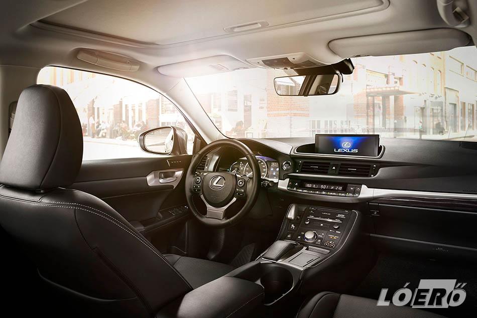 Természetesen a Lexus hibrid továbbra is a kategória egyik legkifinomultabb utasterét kínálja