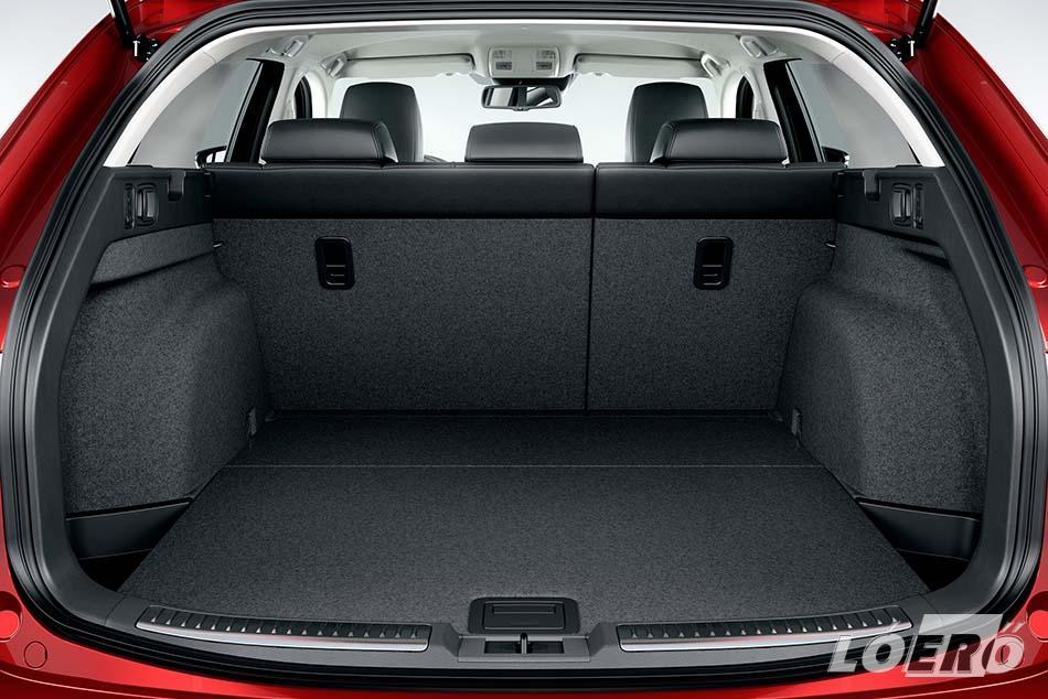 A Mazda 6 kombijának alapból 522 literes poggyásztere több mint háromszorosára, 1664-re bővíthető a hátsó ülések lehajtásával, amit a leghátul található karokkal könnyedén végrehajthatunk.