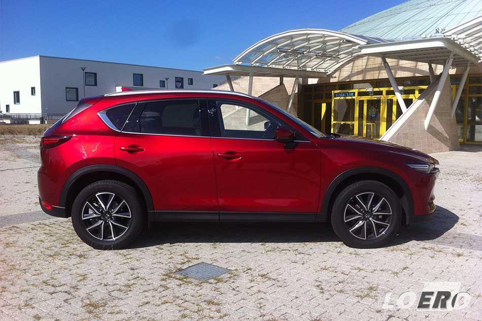 Oldalról is nagyon jól mutat az Mazda CX-5 2017-es változata. Az elődjéhez képest alacsonyabb lett, hátrébb tolták az A-oszlopot és laposabb a szélvédője is.