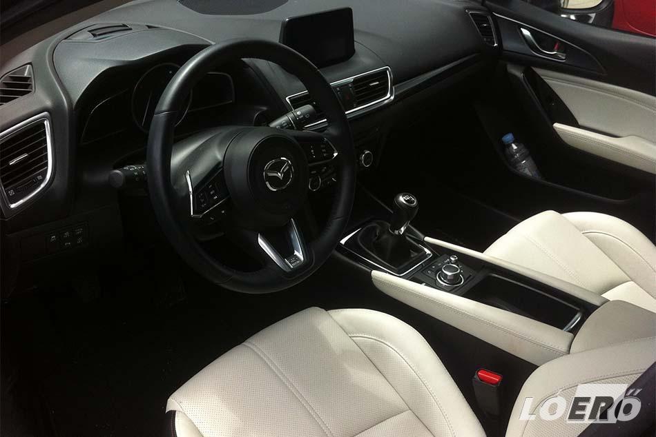 A Mazda CX 5 2.2 diesel teszt során nálunk járt, Revolution Top csúcsfelszereltségű modell vajszínű bőr ülései már a kipróbálás előtt is magával ragadják az emberfiát.