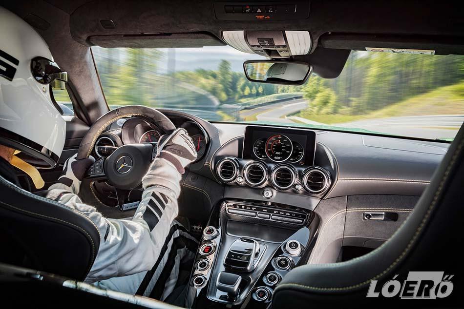 A Mercedes-AMG GT R utasterében szintén versenyhangulat uralkodik, és a mechanikusan állítható sportülések felár nélkül cserélhetők fokozott oldaltartású Performance darabokra.