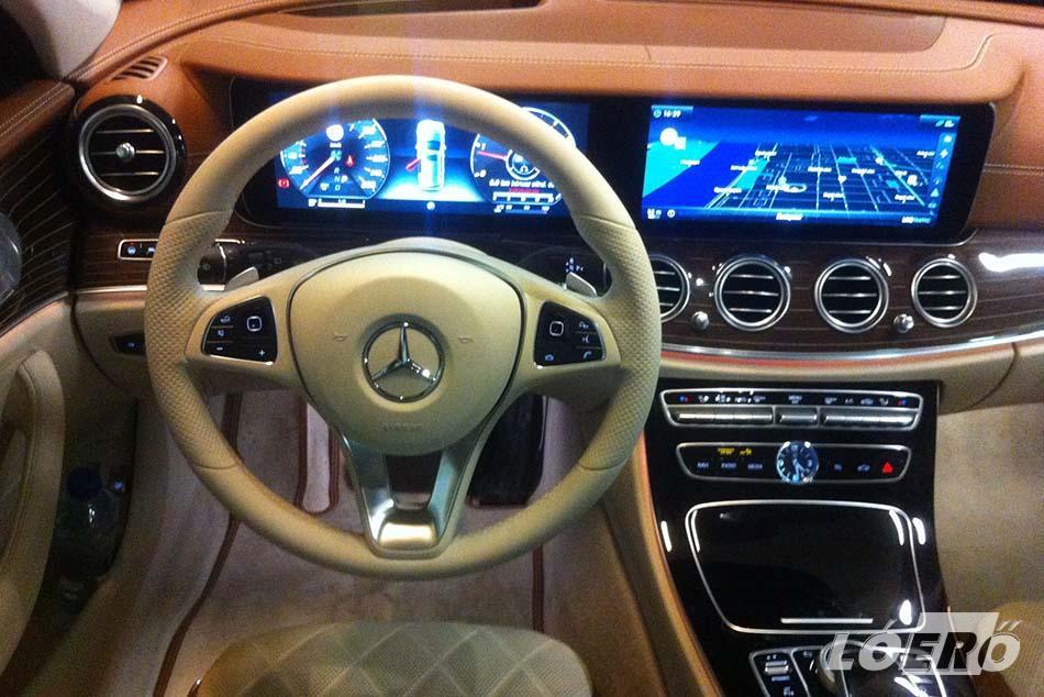 Az új Mercedes kombi belseje egy belsőépítészeti remekmű. A németek komfortérzésben verhetetlenek. A nálunk járt csúcsmodell már-már azt a szintet hozza, mintha egy Maybachban ülnénk.