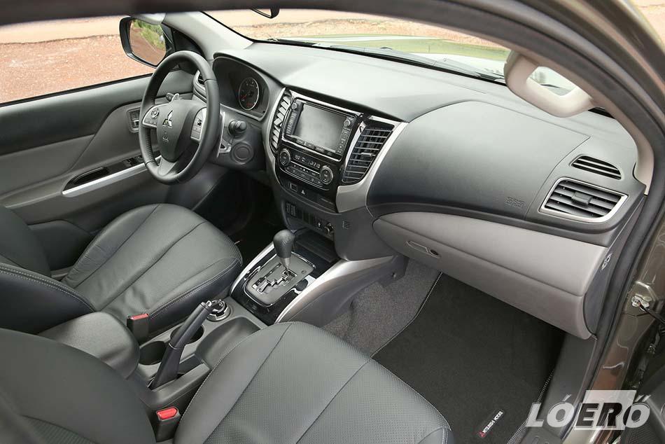 A belső a Mitsubishi L200 teszt alanyában is teljesen személyautós. A műszerfal olyan képet fest, mintha csak egy sportos szabadidő-autóban ülnénk, és az anyagminőség sem marad el sokkal attól.