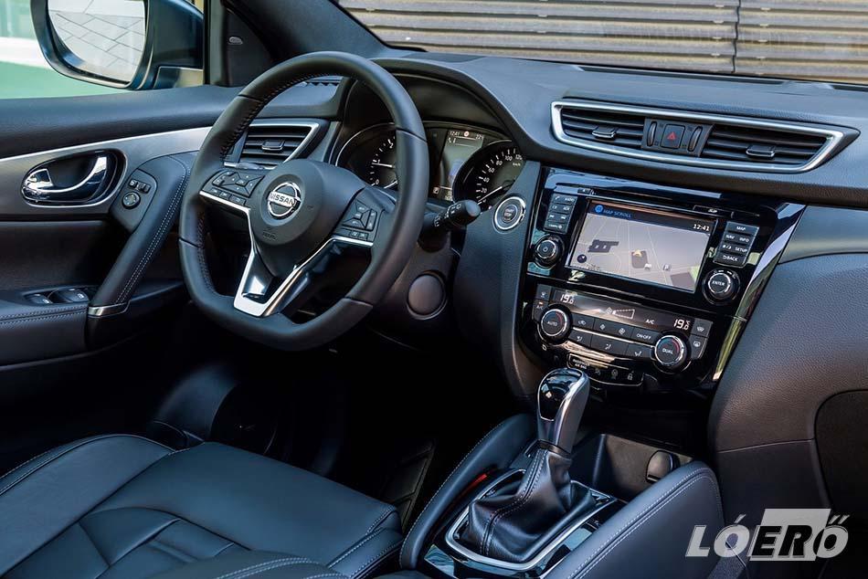 A Nissan Qashqai facelift 2017-es módosításai talán az utastérben a legszembetűnőbbek. Szintén megkapta a D-alakú ergonómikus kormánykereket, de a légbeömlők és a belső ajtókilincsek felületkezelése is jobb minőségű lett.
