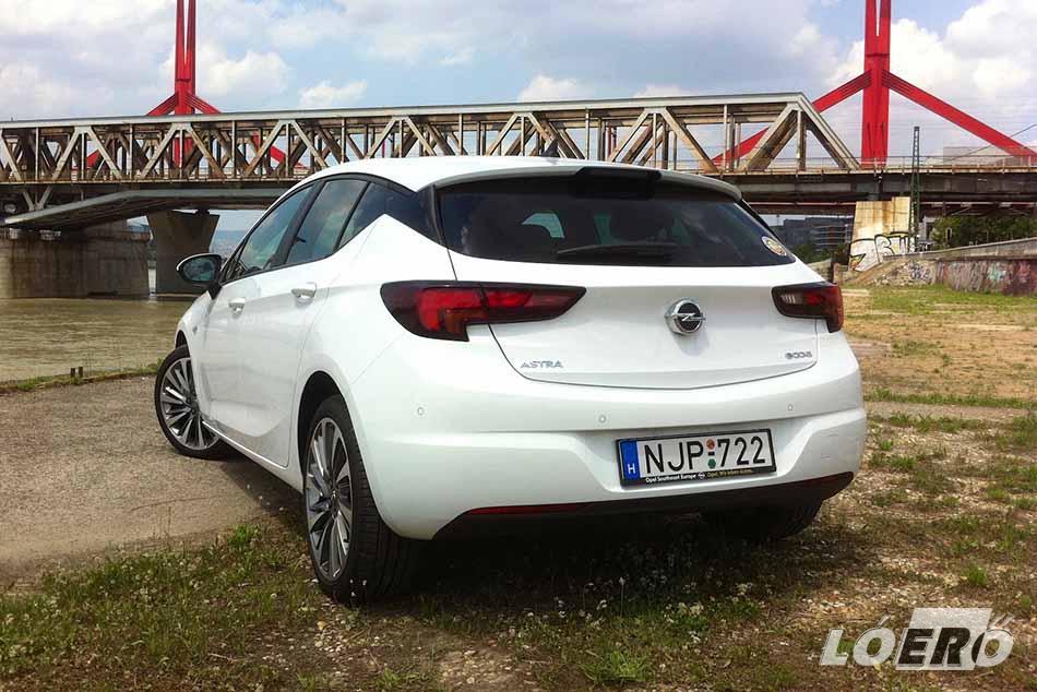 Az Opel Astra K 1.0 Turbo motorjának láttán viszont azt gondolhatnánk, hogy a németeknél elmentek otthonról. Egy ekkora autóba 998 köbcentis erőforrás? Pedig jó.