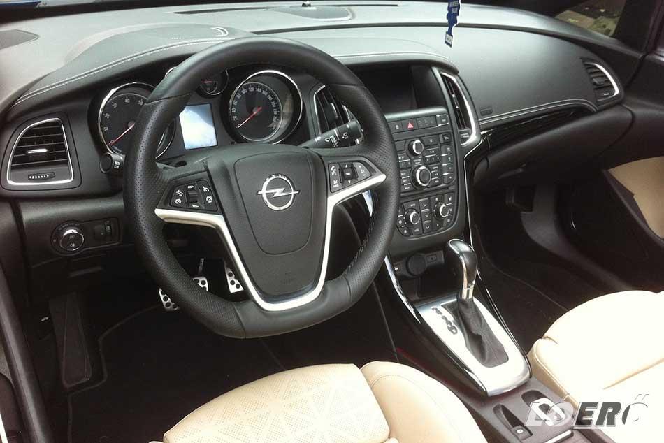 Az Opel Cascada helykínálata hátul elmegy két felnőttnek, elöl viszont fejedelmi a kényelem.