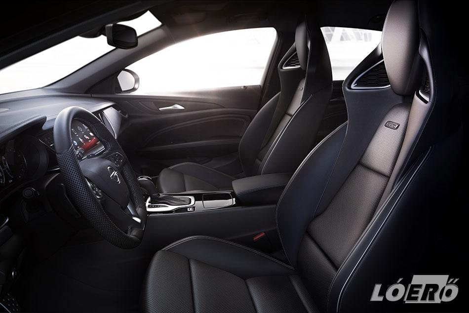 Az Opel Insignia GSi belső elrendezésének egyik kiemelkedő eleme a cég saját fejlesztésű új kagylóülése, amelynek egyaránt nagyon jó az oldaltámasztása, de a hosszú távú komfortja is.