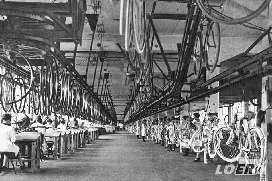 A cég 1923-tól első német vállalatként futószalagon gyártott Opel kerékpárt, hét másodpercenként egyet.