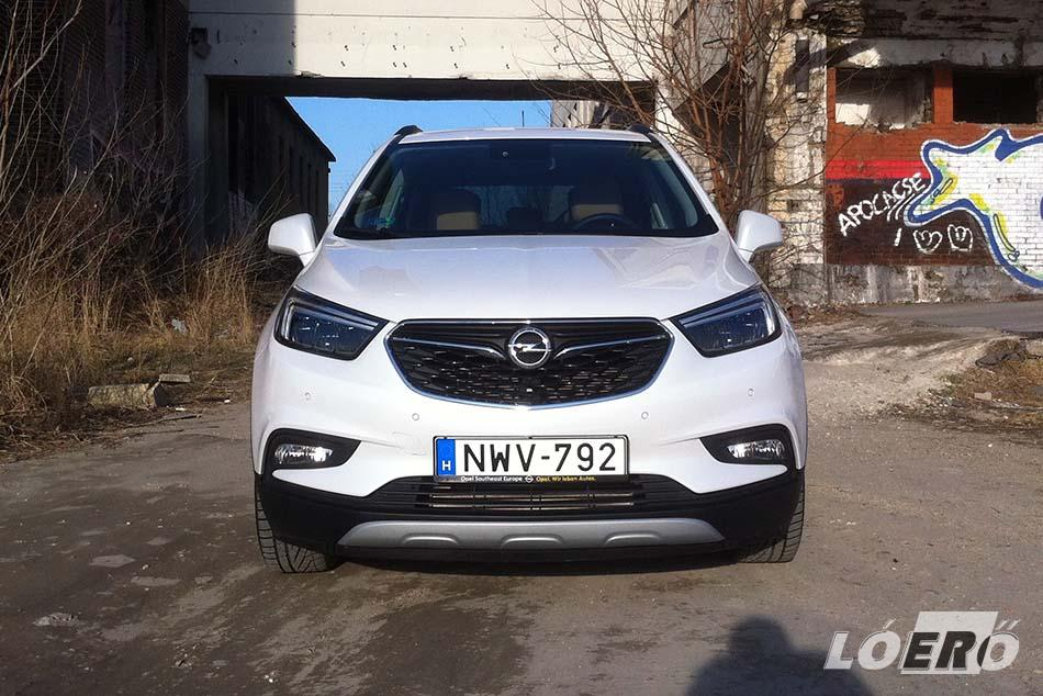Szemből könnyedén megkülönböztethető elődjétől az új Opel Mokka X. A fényszórókon kívül ráadásul más lett a hűtőmaszk, a lökhárító és a ködfényszóró is.