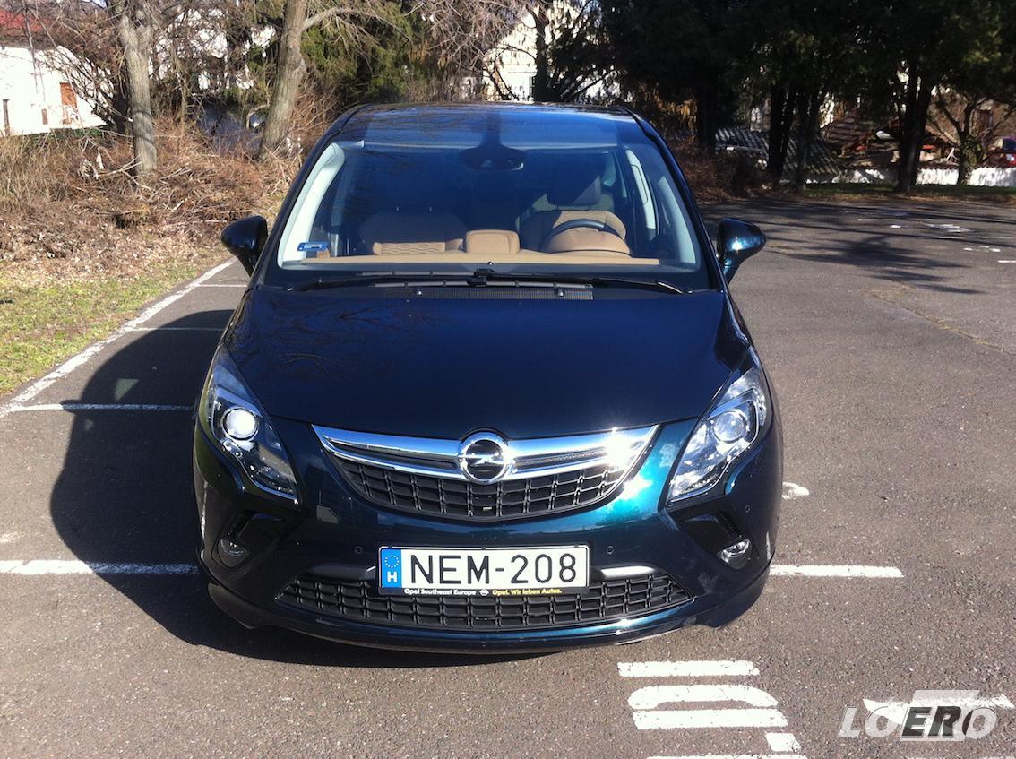 A márka autói sosem voltak olcsóak, és persze az Opel Zafira Tourer 2.0 CDTi sem az. A majdnem 12 milliós vételár nem kevés, de aki mégis ezt választja, az nem jár rosszul vele, sokat ad ez a kocsi.