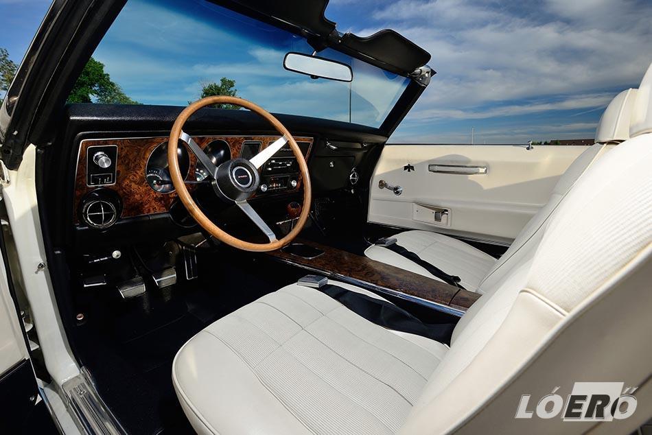Az egyedi Pontiac Firebird Trans Am esetében Tom Goad GM mérnök rendelte magának a pergamen színű belsőt, a színezett szélvédőt, a csípő biztonsági öveket, és a diófa váltógombot is a többi berakással.