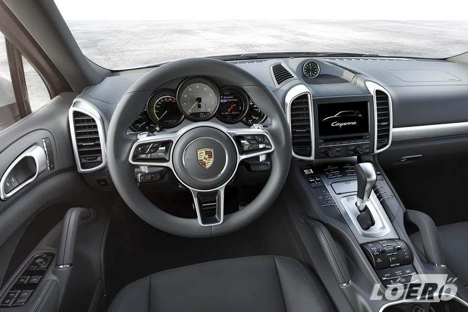 Széria a kormányra tett sebességváltófül is, míg hátul jobban formázottak, kényelmesebbek az immáron szellőzéssel rendelhető ülések Porsche Cayenne 2015-ös változatában.