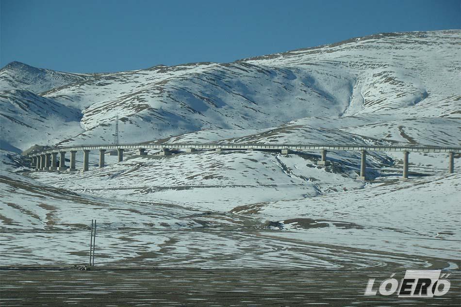 A Qinghai Tibet vasútvonal tervezőinek nemcsak a magasságot és a domborzati viszonyokat kellett legyőzni, hanem három további problémával – a fagyott talajjal, az ökológia megóvásával és az oxigénhiánnyal – is számolni kellett.