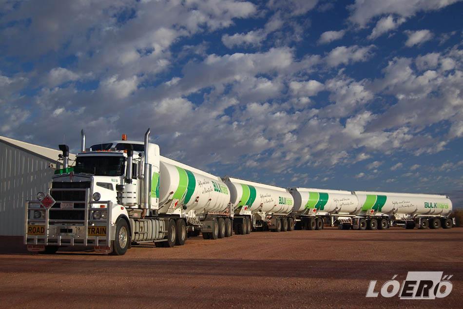Ausztráliában akár 50 méteres pótkocsis road train-ek is közlekednek az utakon.
