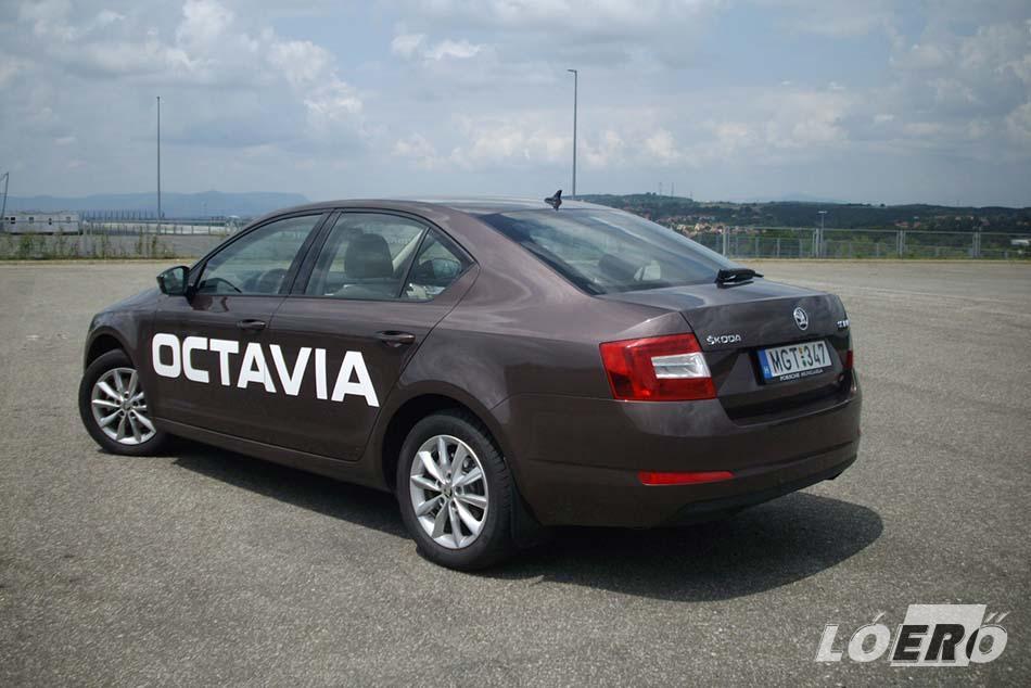 Az autóteszt alatt nálunk járt Skoda Octavia 1.4 TSI Elegance változat esetében bárhova nyúltunk, ízléses, finom, kiváló minőségű anyagokkal találkoztunk, az illesztések németesen precízek, semmi eltérés.