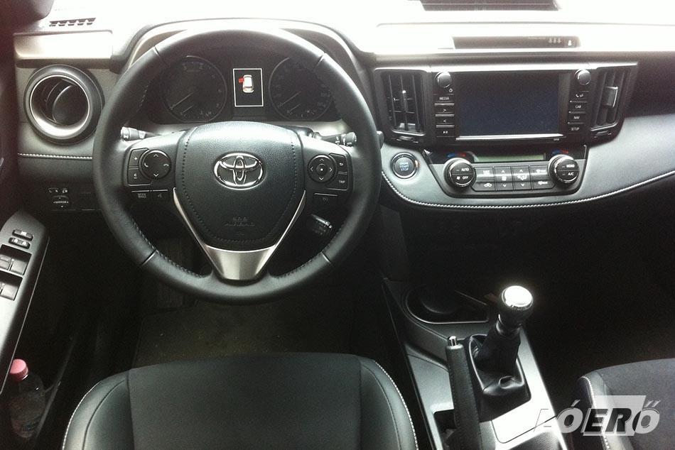 Eltűnt a Toyota RAV4 műszerfaláról a sokat kritizált, a nyolcvanas évek hangulatát idéző kvarcóra, helyette a középkonzol 7 colosra nőtt érintőképernyőjéről olvasható le a pontos időt.