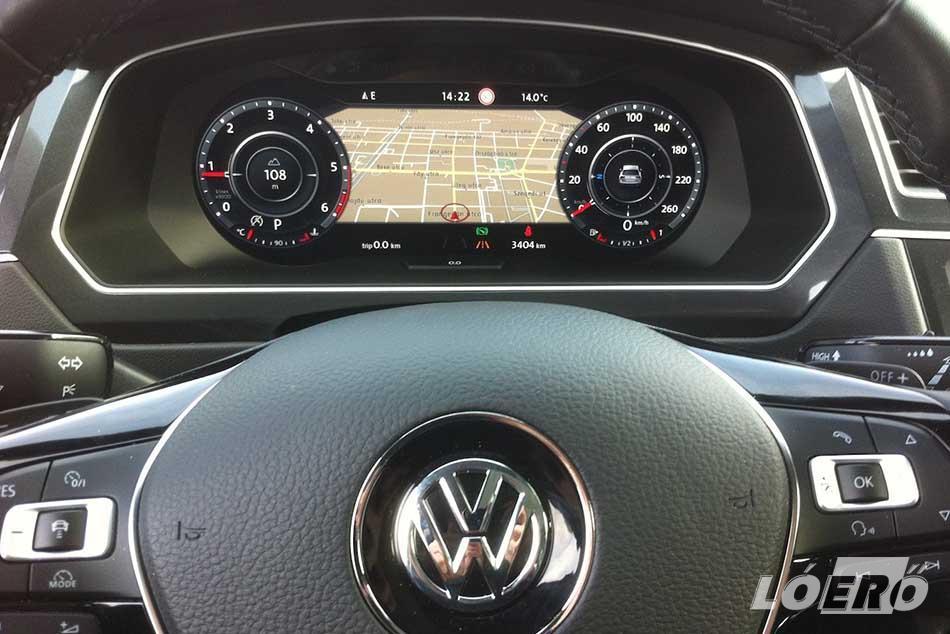 A Volkswagen Tiguan 2016-os változatában tényleg minden a helyén van, minden klappol, minden kiválóan működik, s szinte mindent azonnal megtalálunk benne. Amit csöppet szokni kell, az az analóg műszerek teljes mellőzése.