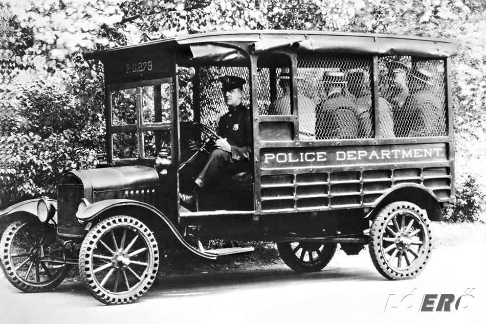 A Ford TT modell vásárlói egyéni igényeikhez igazíthatták a platós felépítményt, így a postai küldeményektől a rabokig bármit szállíthattak az autóval.