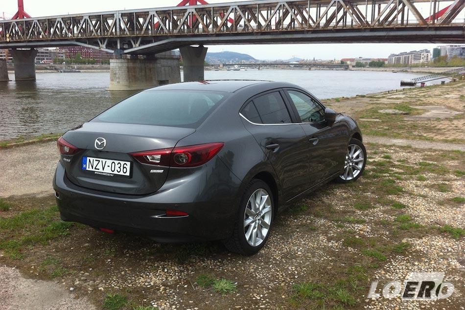 A 120 lóerős teljesítmény szintén az öreguras élményt erősíti, s annak fényében, hogy nem egy erőművész, bosszantó a 8-10 literes városi Mazda 3 fogyasztás.