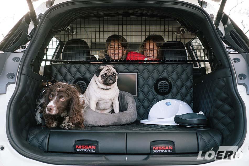 A Nissan X-Trail 4Dogs csomagtere könnyen tisztítható prémium bőr bevonatot kapott, így könnyedén eltávolíthatók a koszfoltok és a kutyaszőr is.