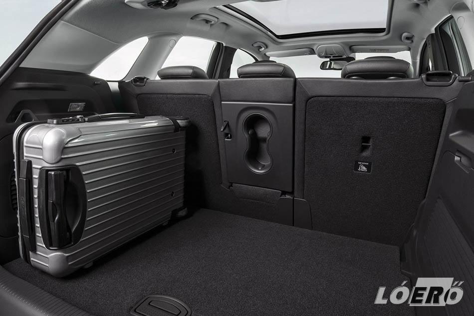 Az ülések teljes lehajtása tekintélyes 1255 literre növeli az új Opel crossover raktérfogatát, és nincs hiány egyéb tárolókban sem.