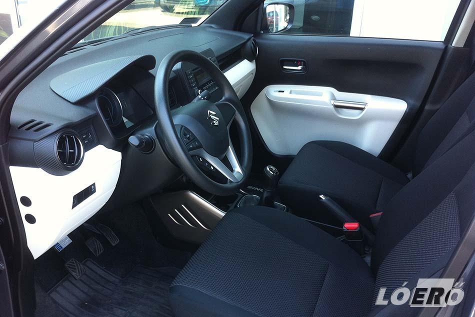 Kifejezetten ízléses a Suzuki Ignis 1.2 Dualjet két színre alapozott belsője. A műszerfal és az ajtók alsóbb része bézs vagy inkább vajszínű árnyalatot kapott, ami sokat dob a komfortérzetünkön.