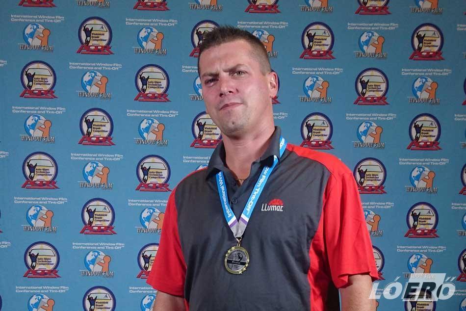 A fóliázás világbajnokságán az autófólia kategóriának magyar résztvevője is volt, a LLumar Délkelet-Európa oktatója, Gál Csaba személyében.