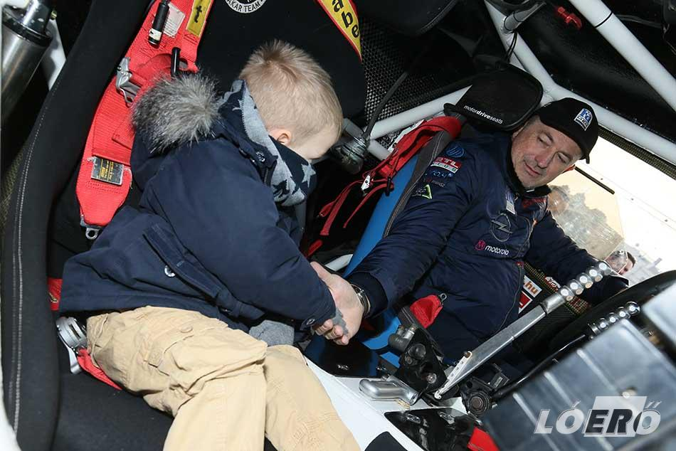 Az Opel Dakar Team-et hagyományosan a Hősök terén búcsúztatták kicsik és nagyok egyaránt