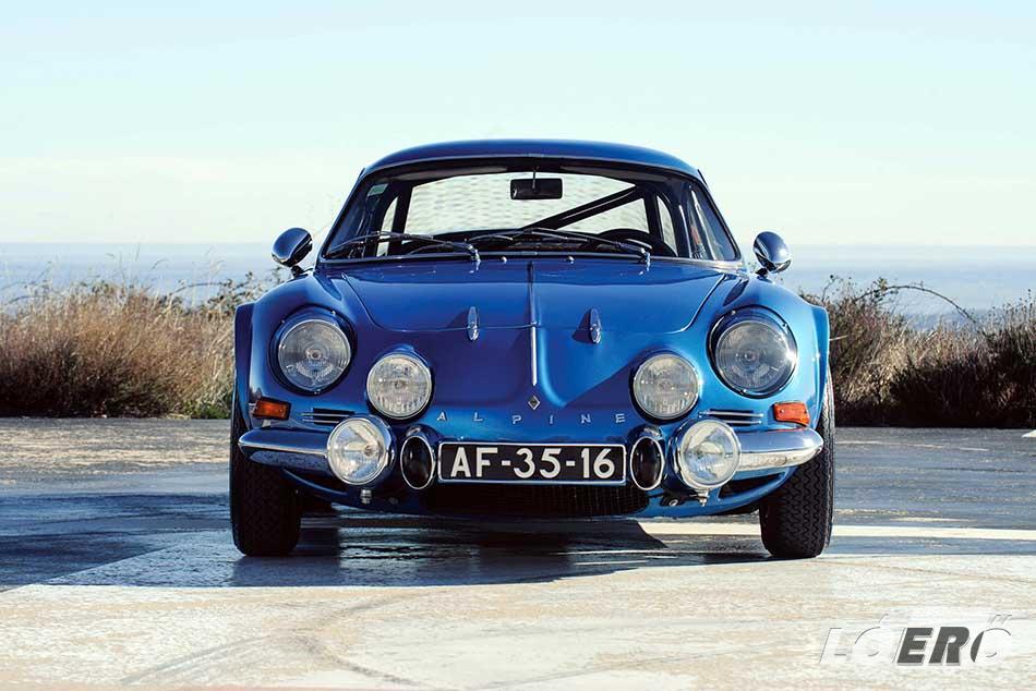 Az autó, amit általában mindenki maga elé képzel, amikor az Alpine A 110 nevet meghallja.