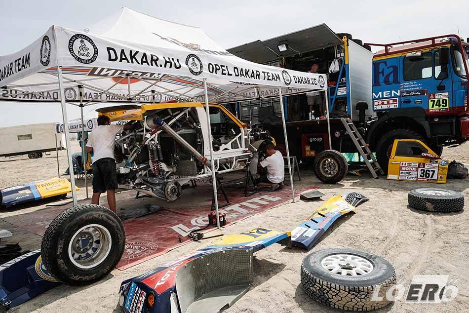 Egy teljes éjszakát töltöttünk szereléssel, a csapat teljesen kimerült, de így is nekivágtunk a 40. Dakar rali folytatásának. Azután órák múltán hulla fáradtan ott álltunk a sivatagban, az autónk pedig nem indult…