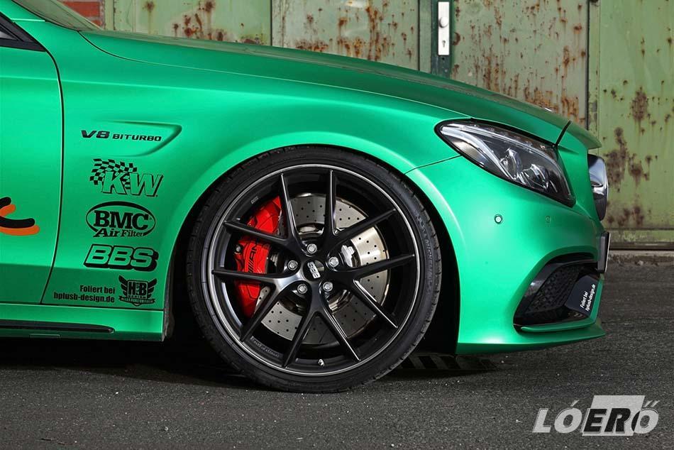 A Mercedes-AMG C 63 S T kerekeinél remekül látszanak a malomkeréknyi féktárcsák és a lángvörösre fújt féknyergek.