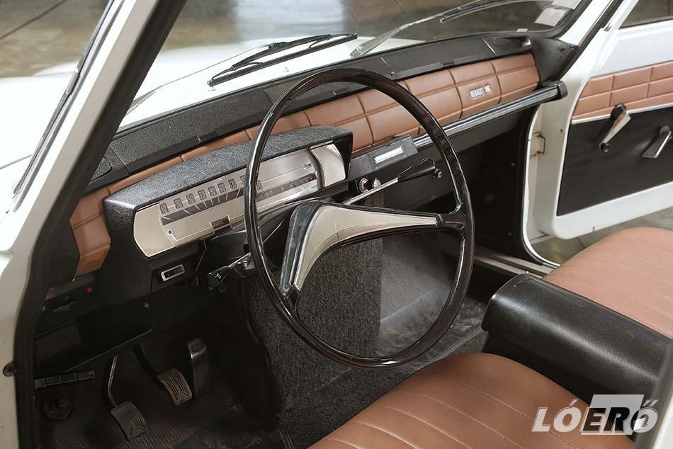 A Renault 16 utasterében növelte a helyet a kormányoszlopra tett váltókar, a hátsó ülést sínekre tették és lehetett tologatni.