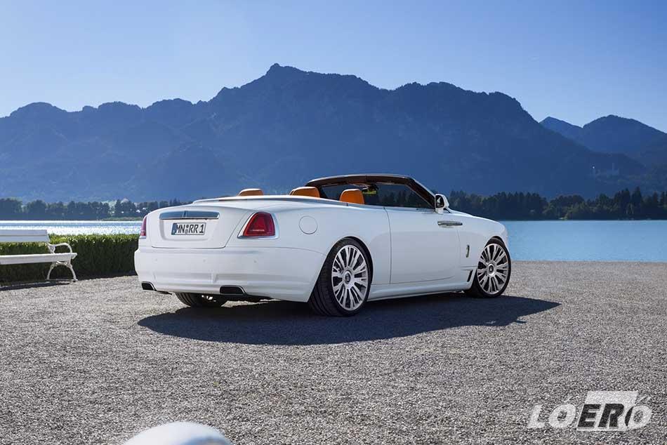 A Rolls-Royce Dawn lecserélt hátsó lökhárítója finom eleganciával emeli ki a kipufogóvégeket.