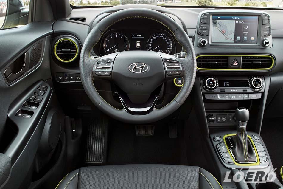 A külső fényezéshez igazodó belső dizájn elemeket az elektromos Hyundai Kona esetében is ügyesen alkalmazták.