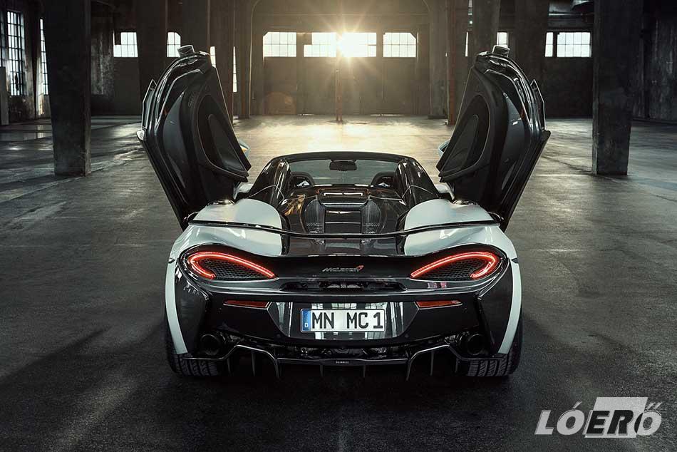 A McLaren 570S Spider középre beépített motorja alapjaiban változatlan maradt, a 3,8 literes, 90 fokos hengerszögű, szárazkarteres V8-ast két turbófeltöltő lélegezteti.