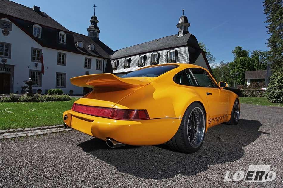 Az 80-as, 90-es évek slágermodellje, a Porsche 964. Sokak szerint az utolsó igazi autó a cég palettájáról.