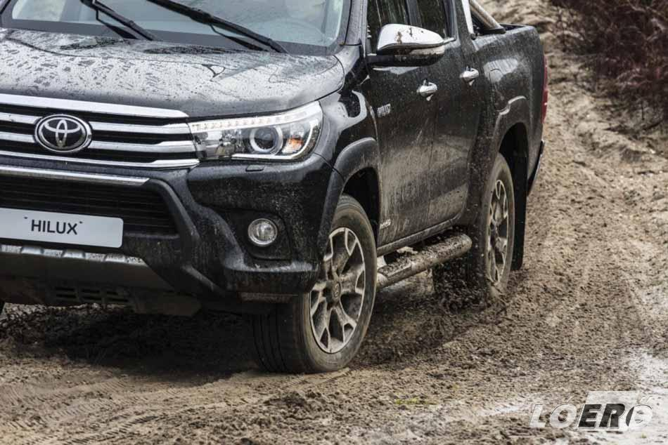 A Toyota Hilux terepjáró megjelenését kifejezetten egyedivé teszik a krómozott bukócsövek és fellépők, az ugyancsak krómozott gallytörő rács.