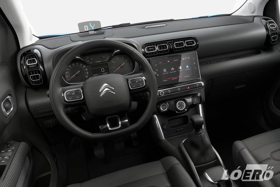 Vezetni nagyon kellemes az autót, de sajnos a C3 Aircross esetében is igaz, hogy elég sok még az olcsó, kemény műanyag az utastérben.