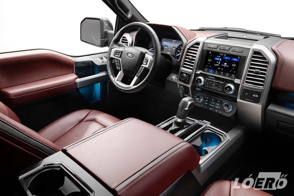 A Ford F150 pickup esetében is igaz, hogy ezeknek az autóknak a belső kialakítása már régen nem egy munkaautóra emlékeztet.