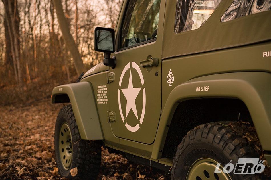 Fehérrel, az amerikai seregben szokásos szabvány betűkkel írt jelzések kerültek a karosszériára, továbbá nem hiányzik a jellegzetes csillagminta sem a Jeep Wrangler Willys dekorációjából.
